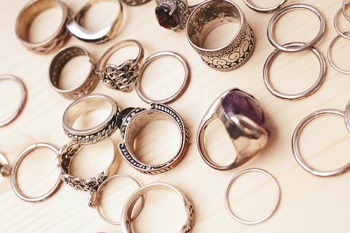 指輪 リング アクセサリー アクセ 女性 男性 レディース メンズ ユニセックス シルバー シルバーリング ファッションリング 貴金属 装飾品 石 ストーン 個性的 派手 ごつい 厳つい かっこいい おしゃれ 男 女 接写 クローズアップ アップ たくさん いっぱい 複数 じゃらじゃら コレクション