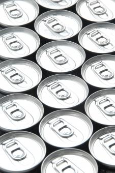缶 ジュース 酒 ビール 飲み物 飲料 缶飲料 リサイクル エコ アルミ アルミニウム たくさん 多い コーラ コーヒー 密封 開ける 閉める 並べた 配置 円 店 店頭 配列 銀 スチール ゴミ 分別 プルトップ ソーダ 製造 産業 工業 出荷