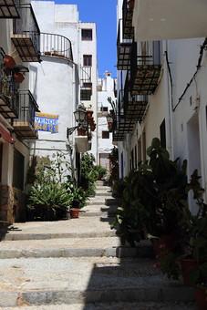スペイン 外国 風景 景色 建物 青空 建物 白い建物 階段 植物 木 ベランダ 石畳 観光地 旅行 街 無人 家 コントラスト 街並み 家々