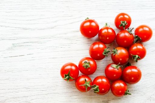 フレッシュ サラダ 野菜 コピースペース 背景 赤い カリウム プチトマト リコピン 新鮮 ツヤ ヘタ ミニトマト みずみずしい 糖質 ビタミンC サラダ野菜