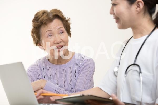 高齢者女性と病気の写真