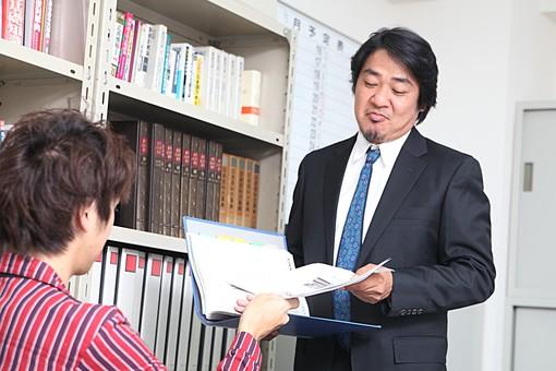 人物 日本人 男性 中年 上司  ボス 社長 仕事 ビジネス ビジネスマン  サラリーマン 会社員 会社 屋内 室内  社内 オフィス スーツ オフィスワーク 部下 2人 打合せ 打ち合わせ 書類 ファイル 資料 指示 本棚 受け取る オーバーリアクション mdjm010 mdjm009
