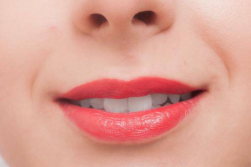 人物 女性 美容 アップ 歯 口 部分 化粧 メイク 接写 鼻 パーツ 顔 素肌 外人女性 外人 外国人 白人 外国人女性 口紅 リップ フェイス 白人女性 口元 ボディーパーツ 歯医者 歯科医院 欧米人 基礎化粧 歯並び 歯科 ホワイトニング かお カオ フェイスパーツ
