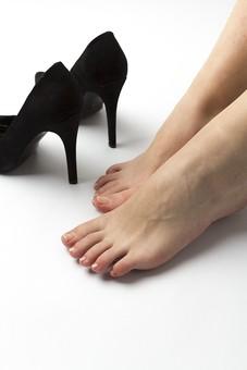 足 脚 あし フット 靴 くつ パンプス ヒール 裸足 素足 女性 女 女子 ウーマン 20代 30代 足元 脚の甲 足の甲 フットケア 両脚 両足 人物 若い 若者 美容 ヘルスケア おしゃれ お洒落 ファッション 白背景