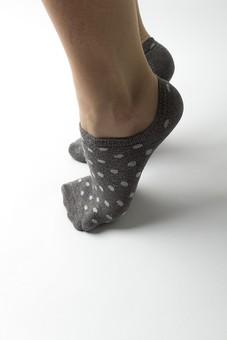 足 脚 あし フット 女性 女 女子 ウーマン 20代 30代 足元 脚の甲 足の甲 フットケア 両足 両脚 人物 若い 若者 美容 ヘルスケア おしゃれ お洒落 白背景 スキンケア 冷え性 対策 つま先立ち つま先 ファッション