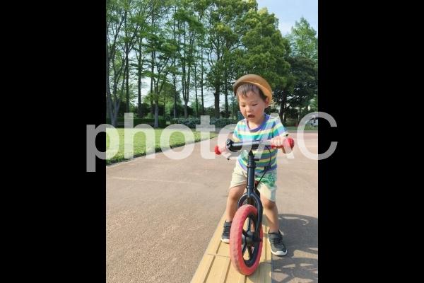 ストライダーに乗る男の子の写真