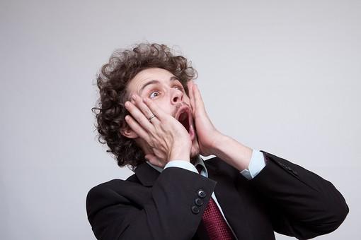 男性 Men 男 男子 外国人 外国人モデル 20代 30代 ビジネスマン サラリーマン スーツ ビジネススーツ 背広 ネクタイ シャツ 白背景 ジャケット 両手 驚く ビックリ 驚愕 驚嘆 おどろく ドッキリ 仰天 ハンサム ショック mdfm045
