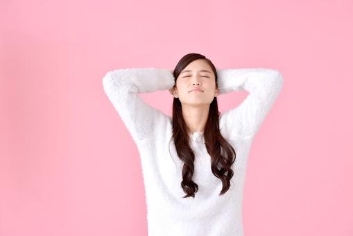 人物 女性 日本人 若者 若い   20代 美人 かわいい ロングヘア カジュアル  ラフ 私服 セーター ニット 屋内  スタジオ撮影 背景 ピンク ピンクバック ポーズ  おすすめ 上半身 両手 目を閉じる 見上げる 上向き 仰ぎ見る 仰ぐ 考える 頭を抱える mdjf007