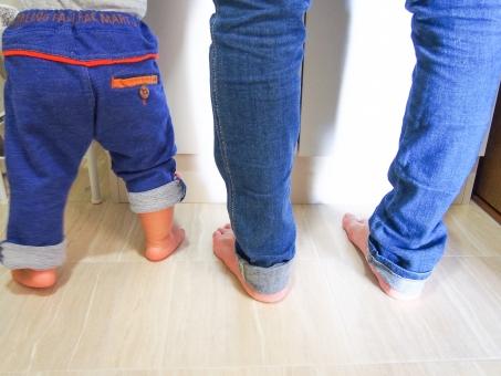 親子 赤ちゃん 子供 お母さん ママ 女性 手洗い うがい 洗面台 足 ジーンズ お揃い ペア ブルー 男の子 素足 いっしょ 並んで 横 優しい 明るい 楽しい 小さい ちっちゃい