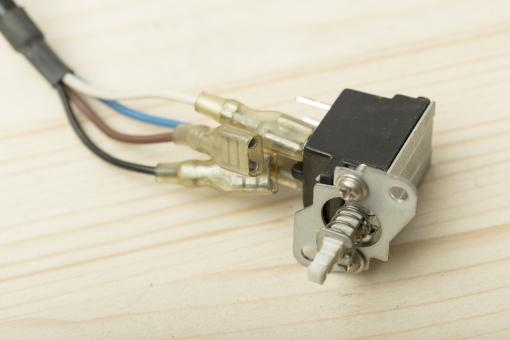 部品 パーツ 電気  繋ぐ 接続 端子 電子 機械 精密 機器 コネクタ プラグ 差し込み口 技術 エンジニア センサー 黒 ブラック アップ  繋げる コード 白バック 白背景 ホワイト カラフル 赤 黒 青 配線