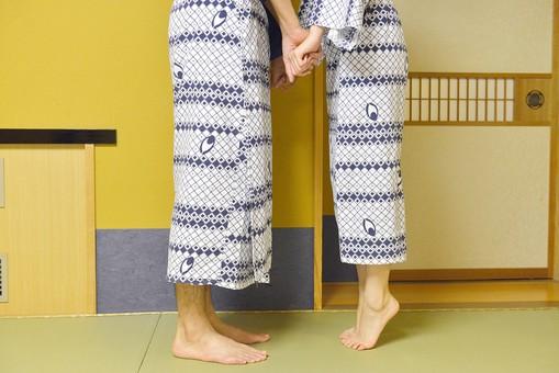 屋内 人物 日本人 2人  大人 男性 女性 夫婦 カップル 温泉 旅行 湯上り 浴衣 ゆかた 和服 着物 背伸び 爪先 つまさき つま先立ち 手 繋ぐ つなぐ 手をつなぐ 指 指を絡める 向き合う 顔無し キス 足元 ロマンチック OSCouple