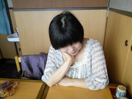 白髪 疲労 回復 更年期障害 更年期 女性ホルモン 閉経 うつ病 憂鬱 元気がない しんどい 辛い 50代 日本人 女性 おばさん おばあさん おばあちゃん おばちゃん お母さん 女の人 大人 病気 妹 お姉さん 高齢者 シニア ほおづえ 中年 中高年