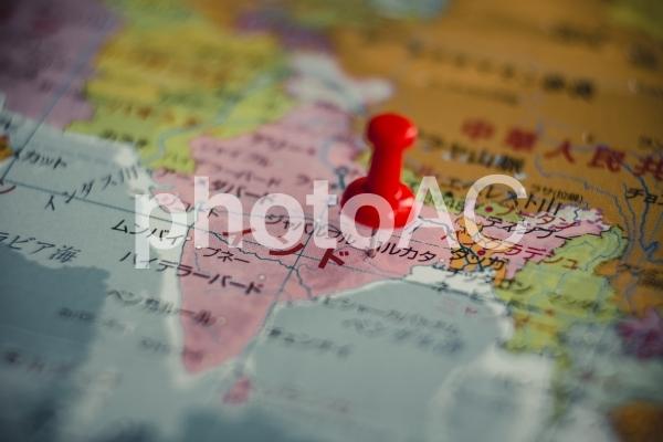 地図とピンの写真
