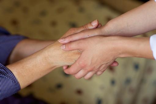室内 屋内 外国人 老人 高齢者 女性 おばあさん おばあちゃん 患者 白人 病院 病室 個室 家 自宅 寝室 ベッドルーム 手を持つ 手を握る 握手 両手 包む 手元 手 アップ 接写 訪問 訪問診療