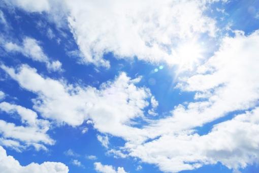 雲間から太陽の写真