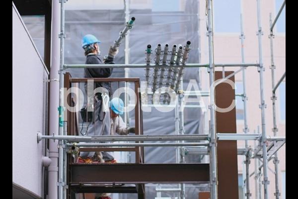 仮設足場の組立と解体作業員の写真