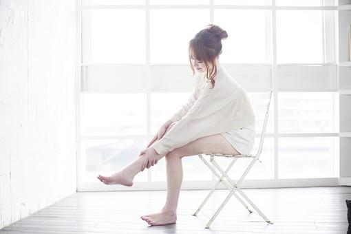 人物 女性 日本人 若い 20代  ブラウス シャツ カジュアル モデル かわいい  キュート ポーズ おすすめ 屋内 室内 部屋 イス 椅子 座る 足 マッサージ ライフスタイル 窓辺 明るい 全身 美容 健康 朝 フットマッサージ 脚 mdjf005