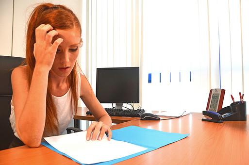 会社 オフィス ビジネス 仕事 職場 屋内 室内 働く  人物 女性  上司 部下 先輩 後輩 白人 インターナショナル 外国人 外人 外人女性 白人女性 グローバル デスク パソコン 悩む 考える   mdff126