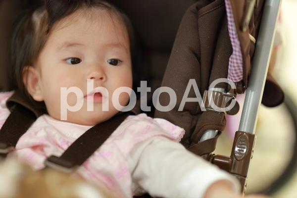 ベビーカーに乗っている赤ちゃん4の写真