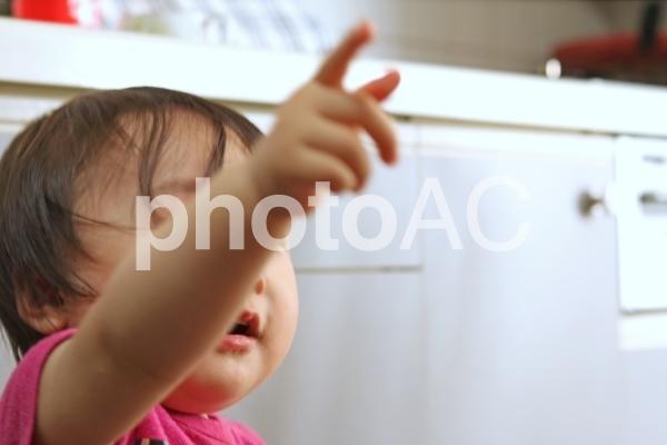 指さし赤ちゃんの写真