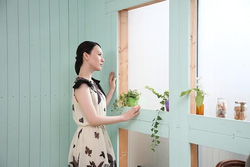 女性 若い女性 女 人物 部屋 一人暮らし リラックス 日本人 ライフスタイル 20代 休日  ワンピース 窓辺 窓際 植物 観葉植物 室内 部屋 寛ぐ くつろぐ 休み オフ のんびり 生活 横向き 横顔 mdjf001