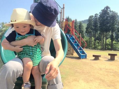 親子 お父さん 子供 男の子 父子 抱っこ すべり台 公園 晴れ たのしい 仲良し