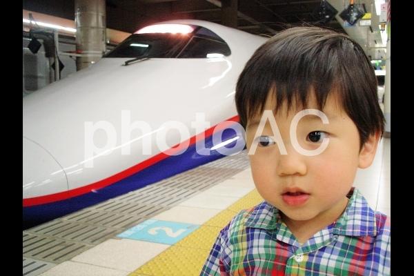 新幹線と男児の写真
