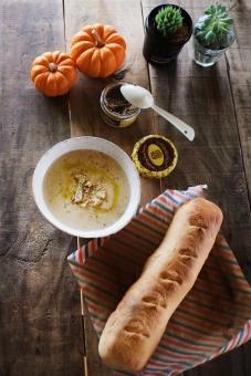 カリフラワー かりふらわー スープ ポタージュ パン フランスパン バゲット かぼちゃ 食卓 カボチャ 多肉植物 テーブル ダイニングテーブル テーブルコーディネート diningtable soup cauliflower baguette tablesetting cooking homemade bread 手作りパン