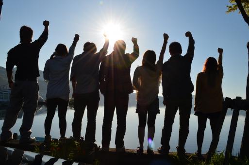 シルエット 若者 男女 太陽 逆光 山中湖 湖 ガッツポーズ 旅行 楽しい ワクワク 綺麗 キラキラ 青春 7人 友達 山梨 河口湖 富士急 お出かけ 幸せ 背景 水 海 旅 遊び 日 陽 鮮やか 晴天