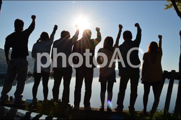 若者達のシルエットの写真