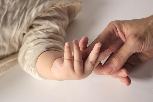赤ちゃん 日本人 ベビー ベイビー 天使 乳児 乳幼児 子供 子ども こども 微笑み 微笑む ほほえみ ほほえむ スマイル 可愛い かわいい 可愛らしい かわいらしい 癒す 癒される 愛 ママ 女性 お母さん 手 指 繋ぐ つなぐ 触れる 遊ぶ あそぶ