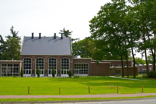 オランダ 町並み 建物 施設 公共施設 美術館 レンガ造り 三角屋根 庭 緑 芝生 窓ガラス 日当たり良好 植木 ガーデン 外装  外壁 屋根裏 広場 庭園 庭木 樹木 外国 自然 日向 近代的 デザイン建築