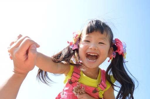青空 子ども こども 子供 幼児 女の子 3歳 笑顔 繋ぐ つなぐ 手 ママ 可愛い だいすき 大好き 夏 花 お花 mdfk023