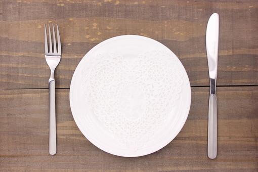 クリスマス クリスマスイメージ イベント 行事  皿 お皿 白 食器 丸皿 飲食 テーブル 食事 セッティング 空 食卓 木 板 木材 ウッド アンティーク ハート レース ナイフ フォーク シルバー