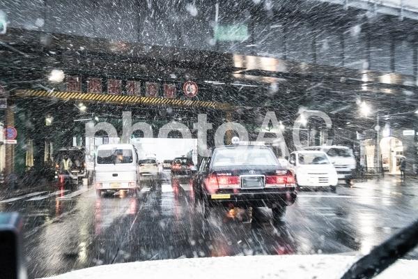 東京の大雪で混乱する交通網の写真