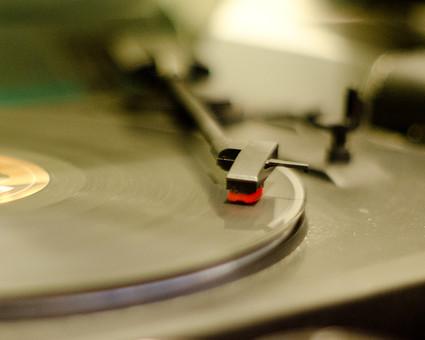 アンティーク 骨董品 コレクション 古い 昔 レコード レコード針 音楽 音響 雑音 ノイズ LP レコードプレイヤー レコードプレーヤー アナログ オーディオ ステレオ ターンテーブル 回転 懐かしい 思い出 懐古 愛着 こだわり ビンテージ ヴィンテージ 掘り出し物 ラフ フィルター ボケ味 ピント ぼかし