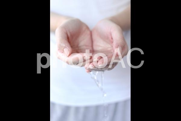 水をすくう女性の写真