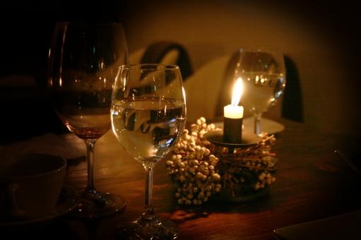 ろうそく ロウソク 蝋燭 キャンドル キャンドルライト 蝋燭の灯り ろうそくの灯り ロウソクの灯り 会話 dinner ディナー ワイングラス グラス 食後のひと時 食後 季節 冬 カフェ cafe 深夜 pub パブ ワイン