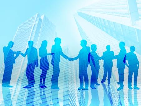 握手する複数のビジネスマンと街の抽象背景素材の写真