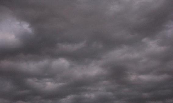 曇り 曇 空 そら 曇り空 くもりぞら どんより 暗い 灰色 厚い雲 黒い雲 雲が厚い 背景 素材 背景素材 壁紙 バック 風景 景色 雲行き 雲行きが怪しい 先行き不安 不安 心配 経済 日本経済 将来 見通し 先行き 未来