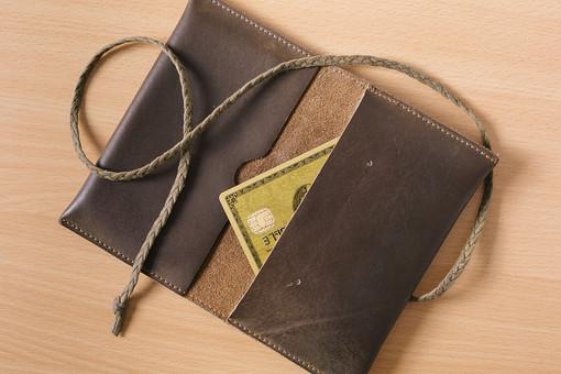 財布 さいふ サイフ 入れ物 カード クレジットカード ゴールドカード プラスチックカード ポイントカード 社員証 革 ケース 名刺 革製品 紐 テーブル 机 小物 所持品 持ち物 携帯品 携行品 貴重品 三つ編み