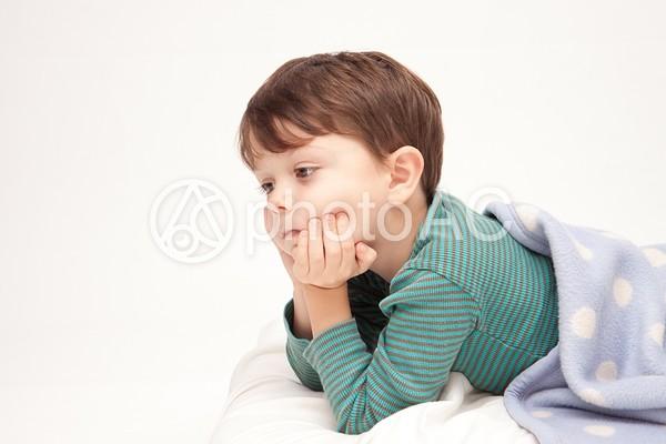 寝そべる男の子1の写真