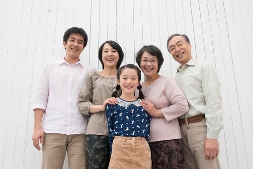人物 日本人 家族 親子 ファミリー 5人 三世代 二世帯 両親 義両親 祖父母 子供 こども 娘 孫 女の子 小学生 立ち姿 集まる 並ぶ 仲良し  屋内 部屋 揃う 絆 朗らか 笑顔 スマイル   mdjf017 mdjm016 mdfk014 mdjms004 mdfs003