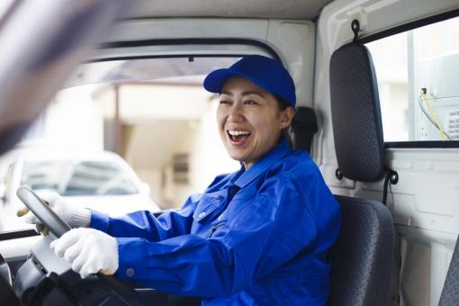 軽トラックと女性の写真