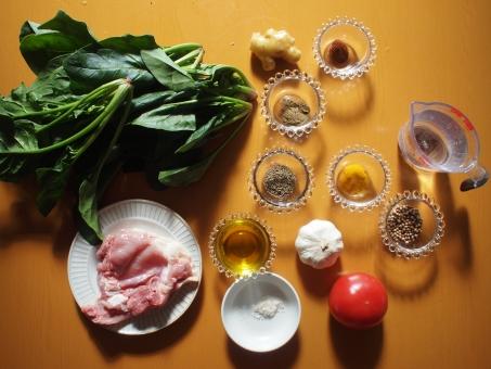 カレー カレー作り 料理 クッキング スパイス 香辛料 トマト とまと 鶏肉 チキン とり肉 ほうれん草 法蓮草 ターメリック ホウレンソウ 塩 にんにく チリパウダー ニンニク クミン うこん ウコン コリアンダー 生姜 ショウガ ジンジャー spice curry cooking spinach ginger chicken homemade 調理 材料