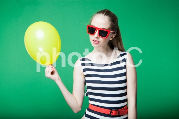 風船を持つ女性38の写真