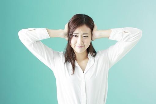 人物 日本人 女性 若者 若い  20代 かわいい 清楚 ロングヘア 長髪  ブラウス シャツ 白 屋内 スタジオ撮影  背景 緑 グリーンバック おすすめ ポーズ  表情 上半身 耳を塞ぐ うるさい 騒音 雑音 シャットアウト 迷惑 mdjf009