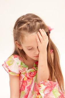 人物 こども 子供 女の子 少女  外国人 外人 キッズモデル あどけない かわいい   屋内 スタジオ撮影 白バック 白背景 長髪  ロングヘア ポートレイト ポートレート 表情 ポーズ ワンピース 俯く がっくり 心配 不安 悩む 上半身 悲しい mdfk016