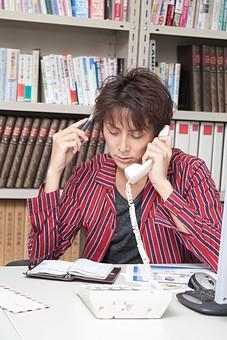 人物 日本人 男性 若者 若い  20代 仕事 職業 デザイナー グラフィックデザイナー  カジュアル オフィス 事務所 会社 屋内 社内  室内 広告 電話 スケジュール帳 メモ帳 確認 問い合わせ パソコン 机 クライアント オーバーリアクション mdjm009