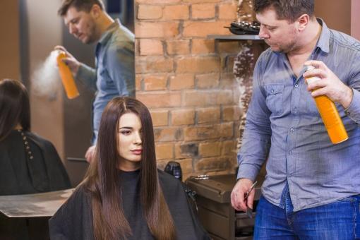 屋内 室内 モデル 外国人 人物 人 人間 大人 女性 女 20代 若い ロングヘア ヘアケア 頭 髪 茶髪 健康 ツヤツヤ サラサラ 美容 美容師 男性 男 長髪 髪の毛 出来栄え ヘアスタイル スタイリング 髪型 美容院 美容室 ヘアサロン ヘアスプレー スプレー 霧 鏡  2人 ストレートヘア mdff134 mdfm078